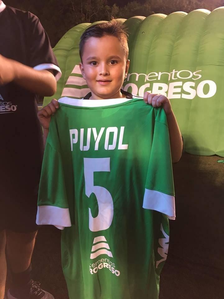El niño luce emocionado con la camiseta de su ídolo