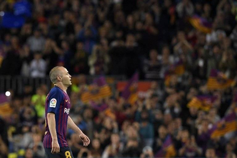Momento en que Iniesta deja el terreno de juego