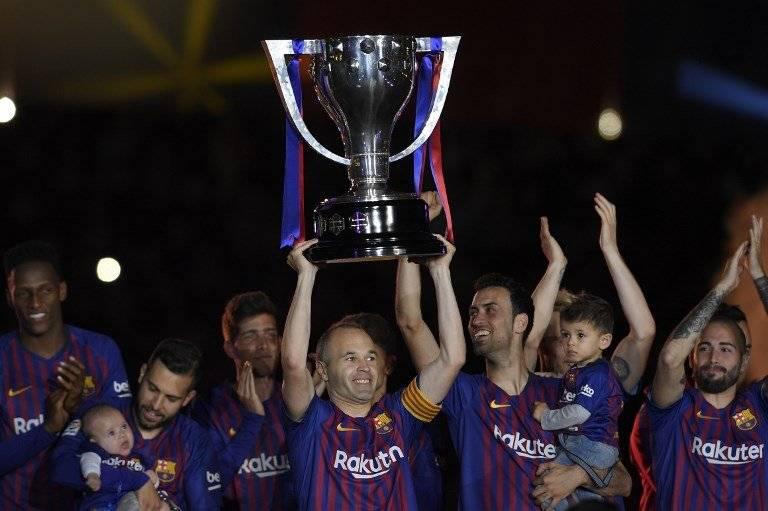 iniesta levantó la copa de campeón para el Barça