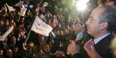 Felipe Calderon, candidato a la presidencia de la República del PAN, se reunió con simpatizantes en la sede nacional del Acción Nacional, al finalizar el debate presidencial.