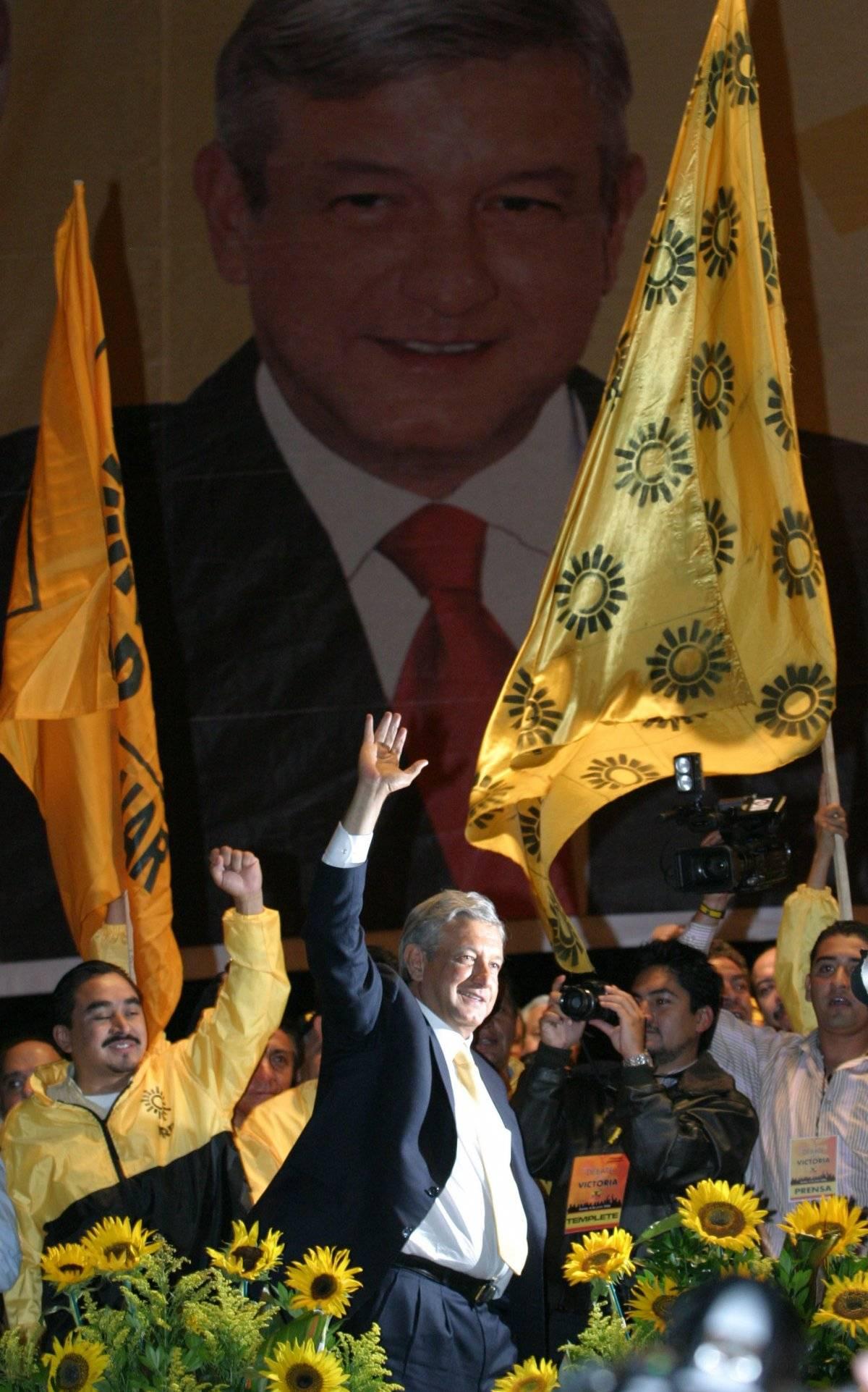 Andrés Manuel López Obrador, candidato de la coalición Por el Bien de Todos, a su llegada al zócalo capitalino donde se realizó una concentración con simpatizantes al termino del debate. Foto: Cuartoscuro
