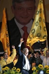 Andrés Manuel López Obrador, candidato de la coalición Por el Bien de Todos, a su llegada al zócalo capitalino donde se realizó una concentración con simpatizantes al termino del debate.