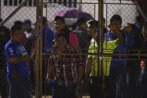 Aficionados intentaron ingresar a la gramilla del estadio