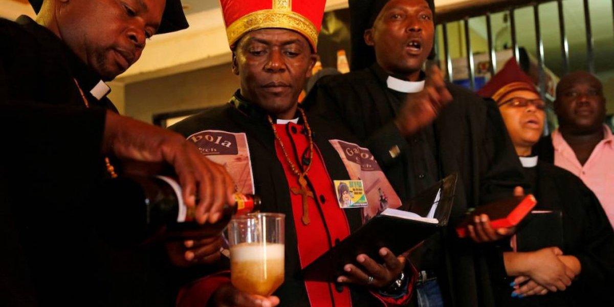Bautizan a sus fieles con cerveza: así es la iglesia africana de borrachos que celebra sus misas en los bares