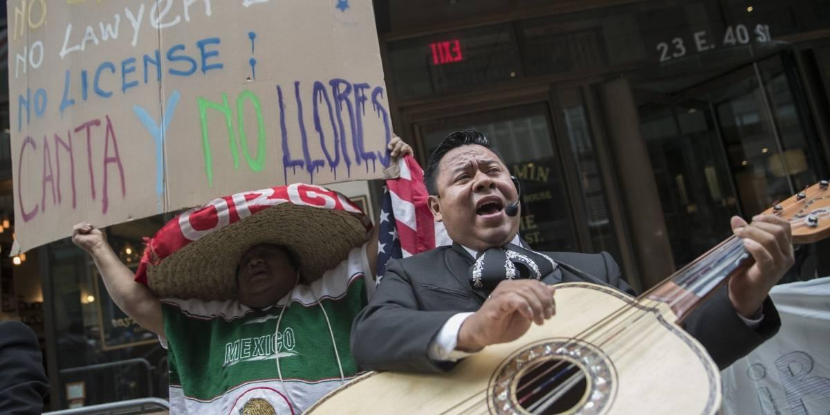 Karma: No quería que hablaran español en un restaurante y ahora unos mariachis le cantan en la puerta de su casa