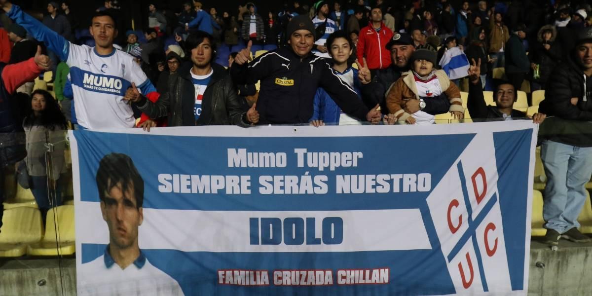 Hinchas de Universidad Católica mostraron lienzos recordando a su ídolo Raimundo Tupper
