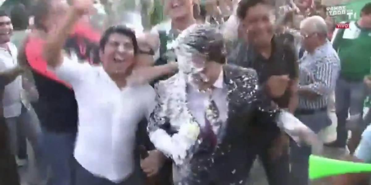 VIDEO: Bañan de espuma a reportero de Televisa Deportes en plena transmisión en vivo