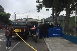Fiscales y agentes de la Policía circulan el área del crimen.