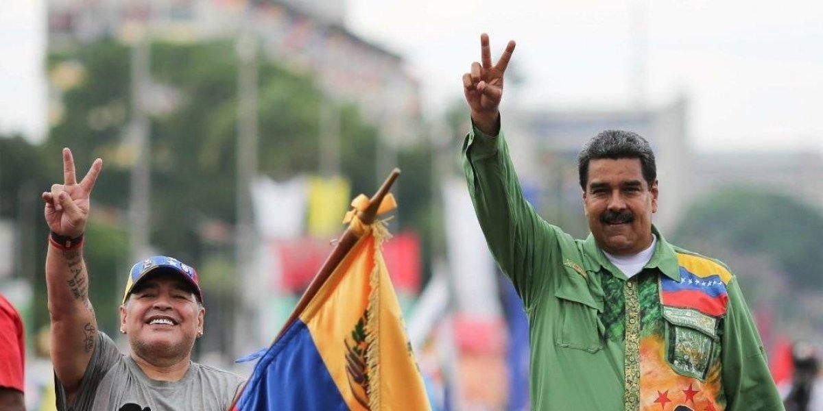 VIDEO: Maradona regala costoso reloj a Nicolás Maduro