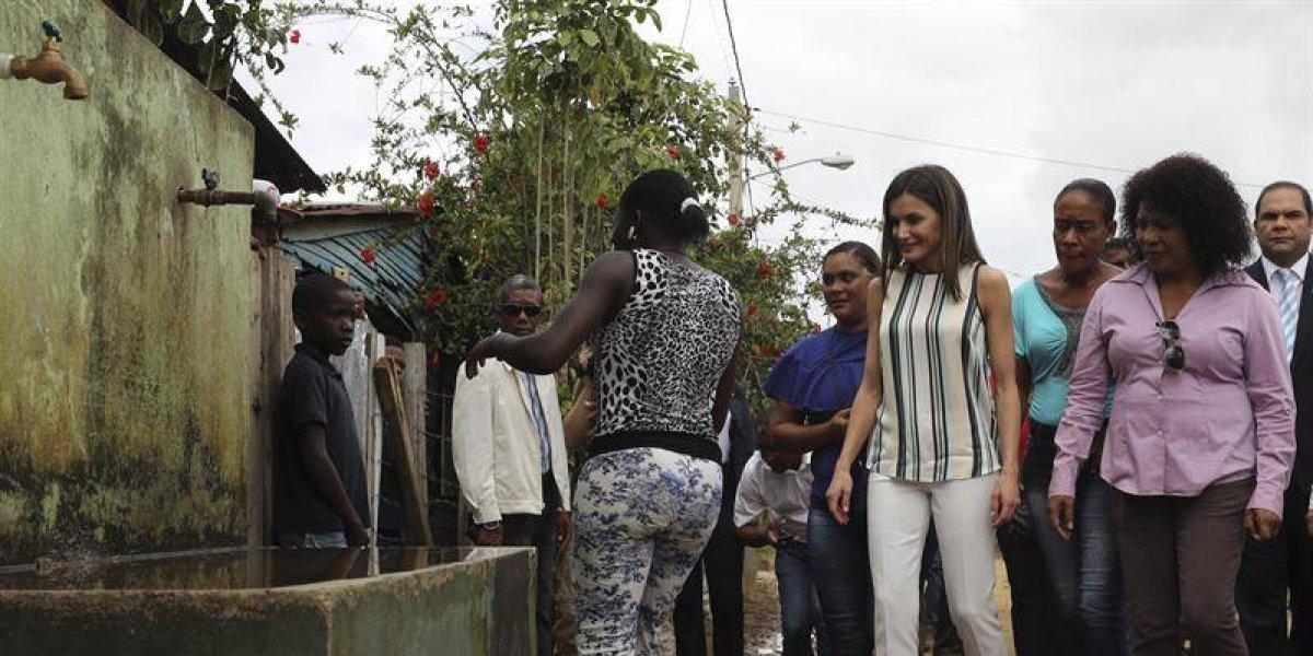 La Reina Letizia visita un proyecto de cooperación en Monte Plata