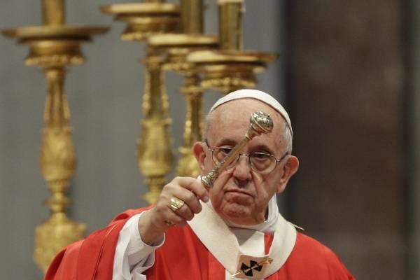 El papa Francisco realiza una bendición durante la misa de Pentecostés, en la basílica de San Pedro, en el Vaticano, el 20 de mayo de 2018. (AP Foto/Gregorio Borgia)