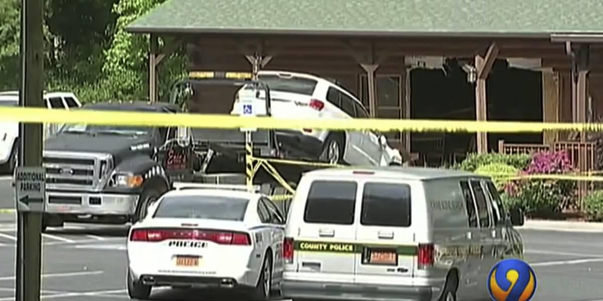 Hombre choca su auto contra restaurante matando a su hija y su nuera