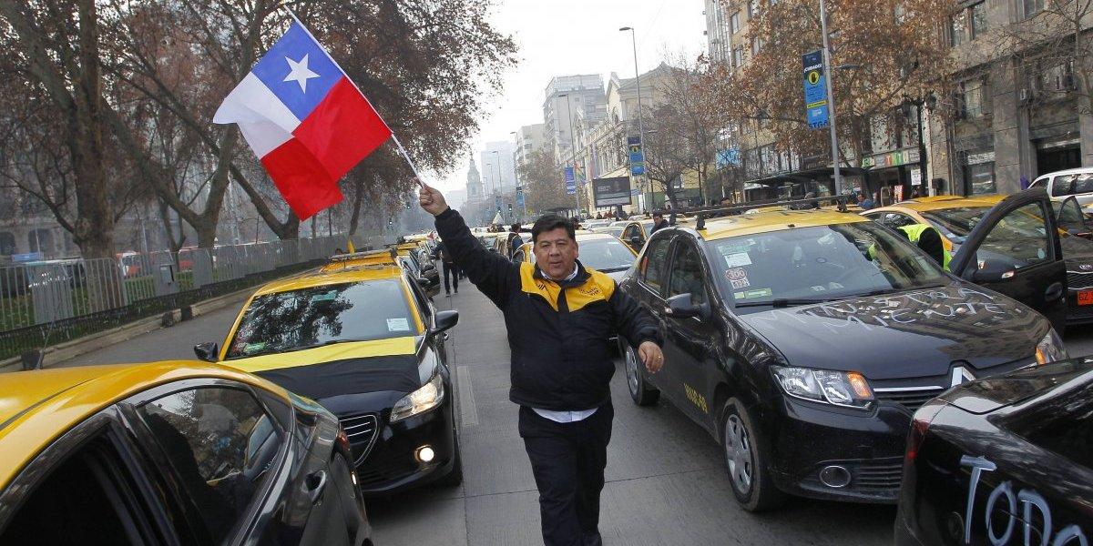 """Taxistas no están conformes con el nuevo proyecto de """"Ley Uber"""" y anuncian paro"""