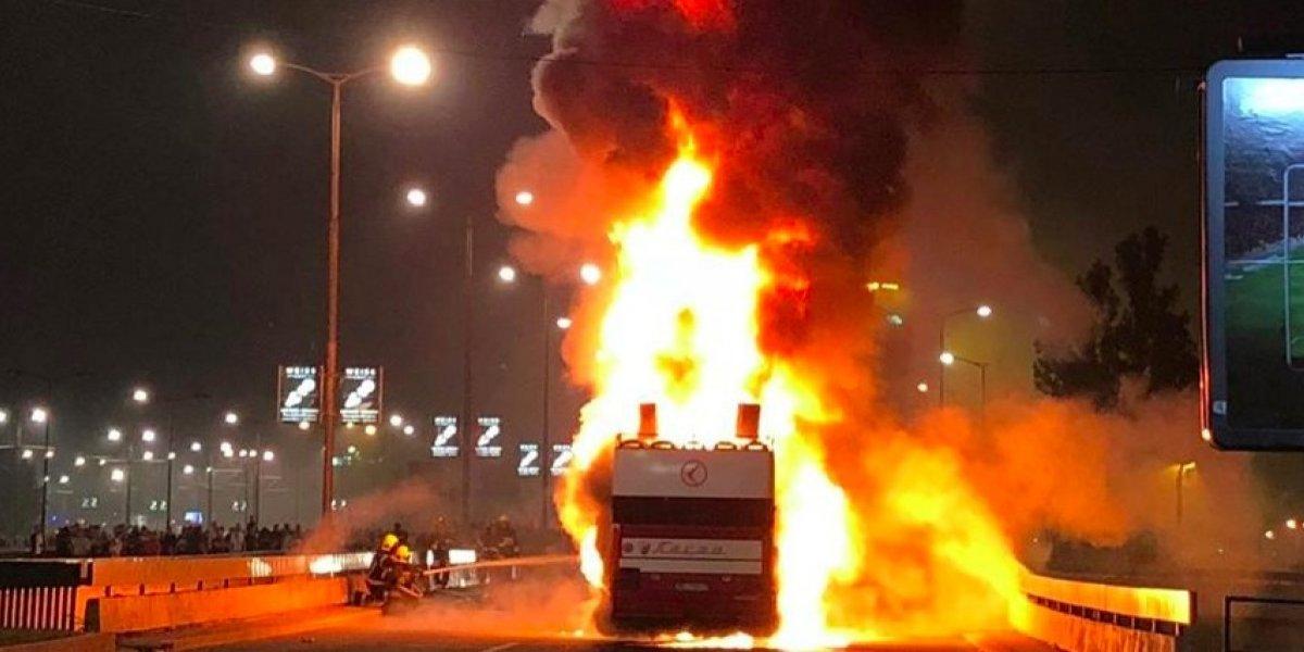 VIDEO: Aficionados incendian autobús de su equipo en celebración del Título