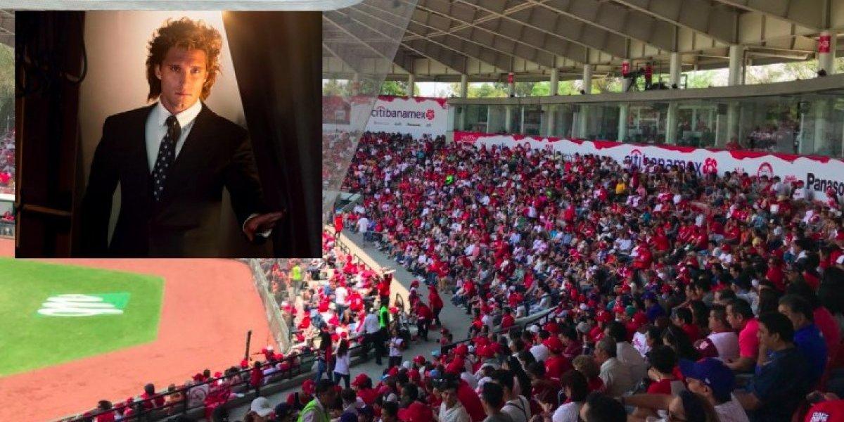 VIDEO: Serie de Luis Miguel invade estadio de béisbol