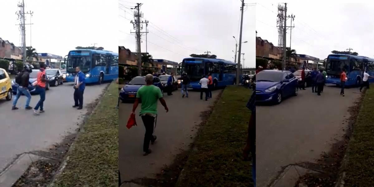 ¡Qué horror!, taxista y conductor del Mío se agarraron a golpes en plena vía