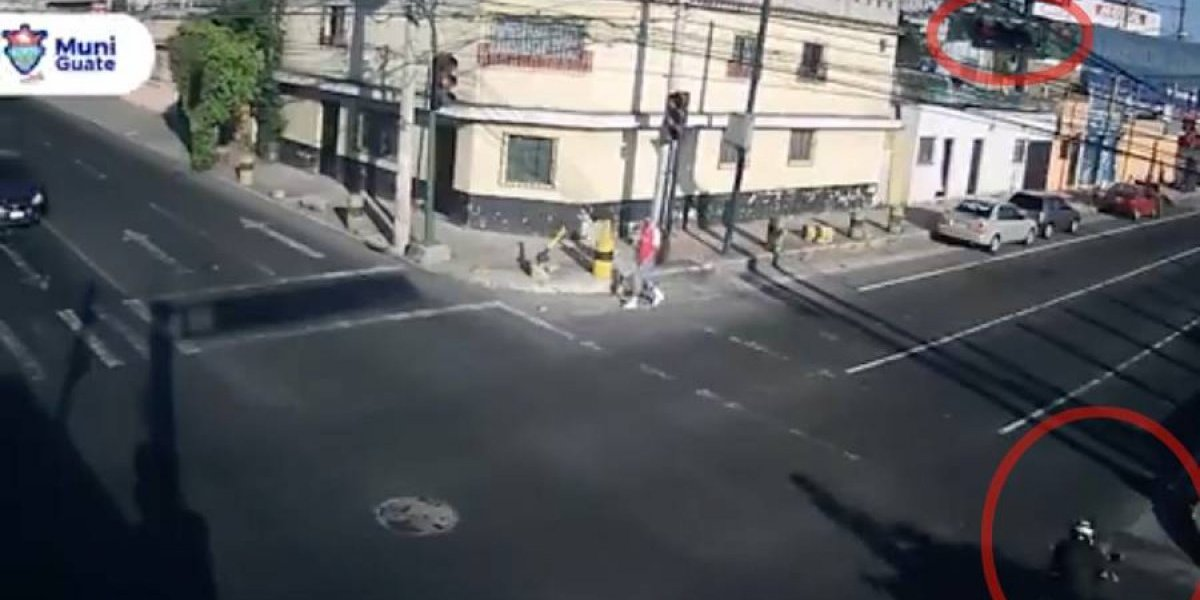 VIDEO. Motorista muere atropellado tras no respetar semáforo en rojo