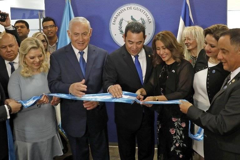 El presidente Jimmy Morales (centro) inauguró la embajada de Guatemala en Jerusalén. AFP