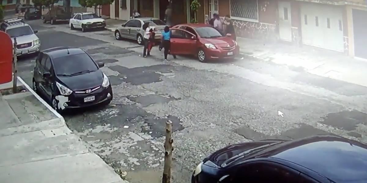 Cámaras de vigilancia captan agitado robo de vehículo en zona 11