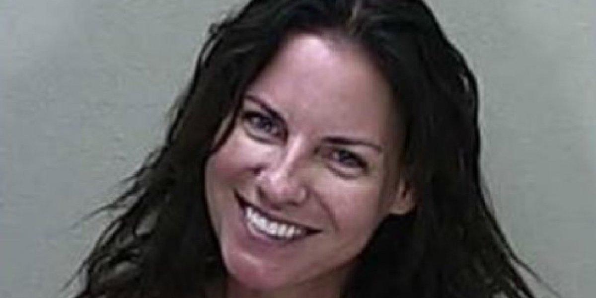 Mujer que sonrió en ficha policial podría ser encarcelada