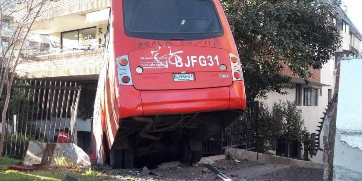 Impactante accidente: bus del Transantiago queda incrustado en edificio de Las Condes y deja a siete personas heridas