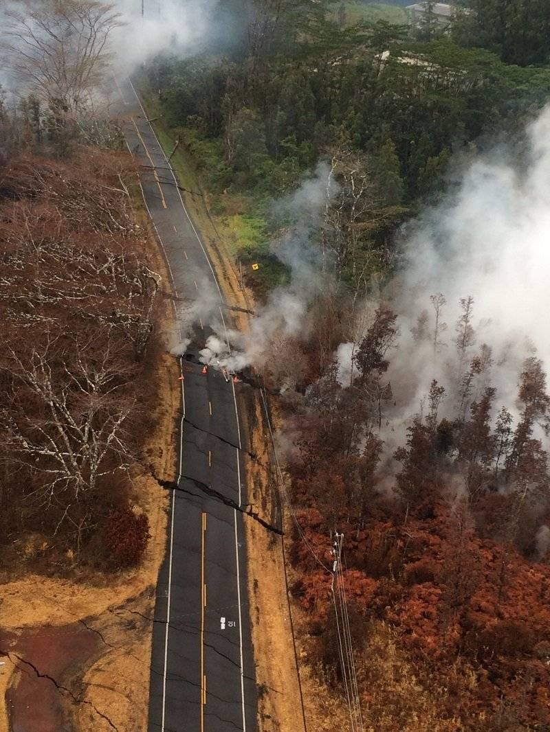 2Grietas en la carretera. Vista aérea de las grietas del suelo en Pohoiki Road durante un sobrevuelo del área de fisuras eruptivas. |getty