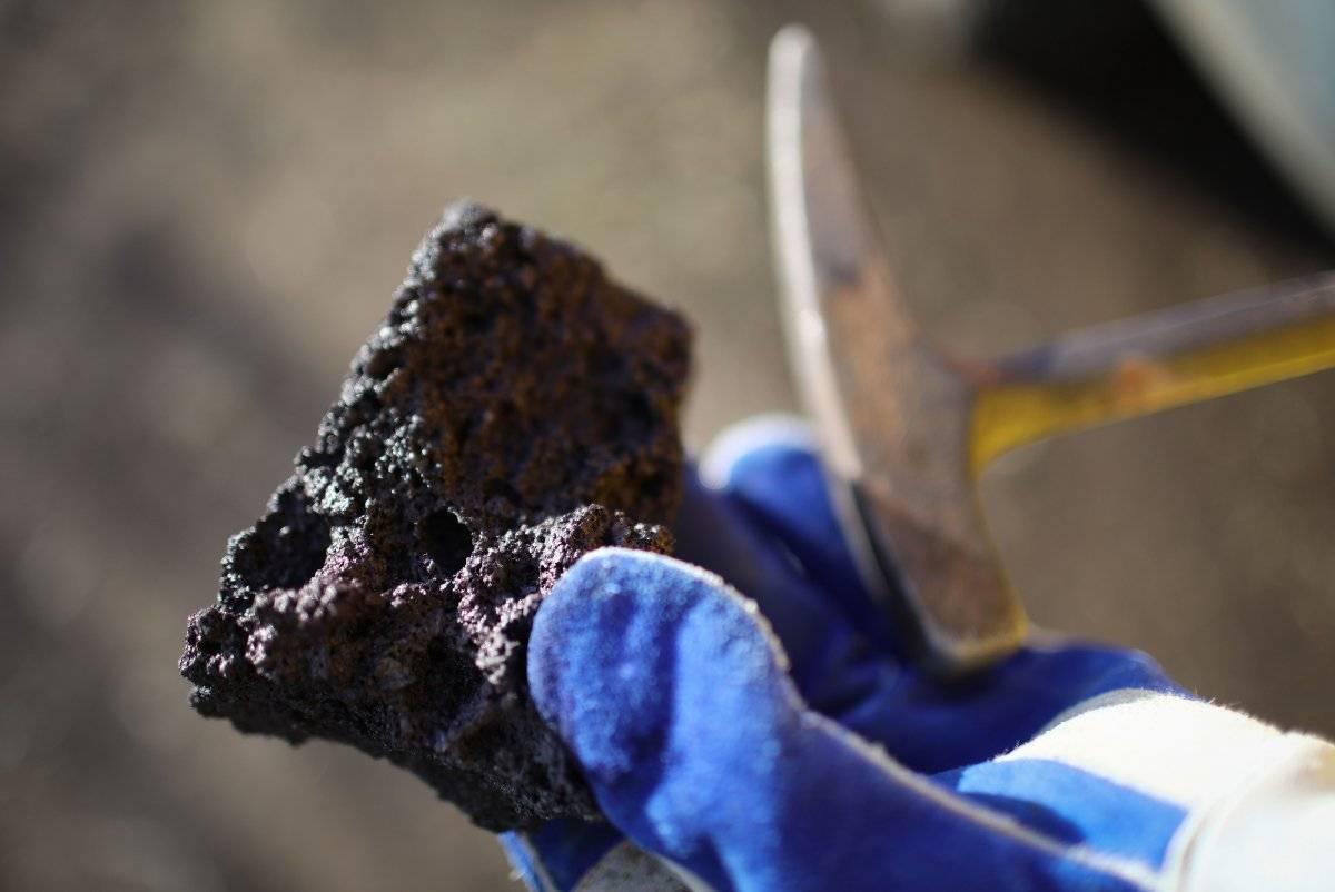 5Estudios. Un geólogo del Servicio Geológico de los EEUU sostiene una roca de lava recolectada para ser analizada. |getty
