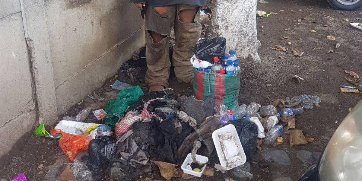 FOTO. Agentes PNC brindan ayuda a indigente en Jalpatagua