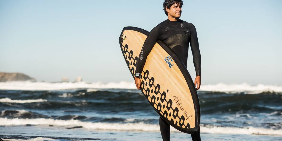 Surfistas buscan la ola más grande del mundo en las costas chilenas