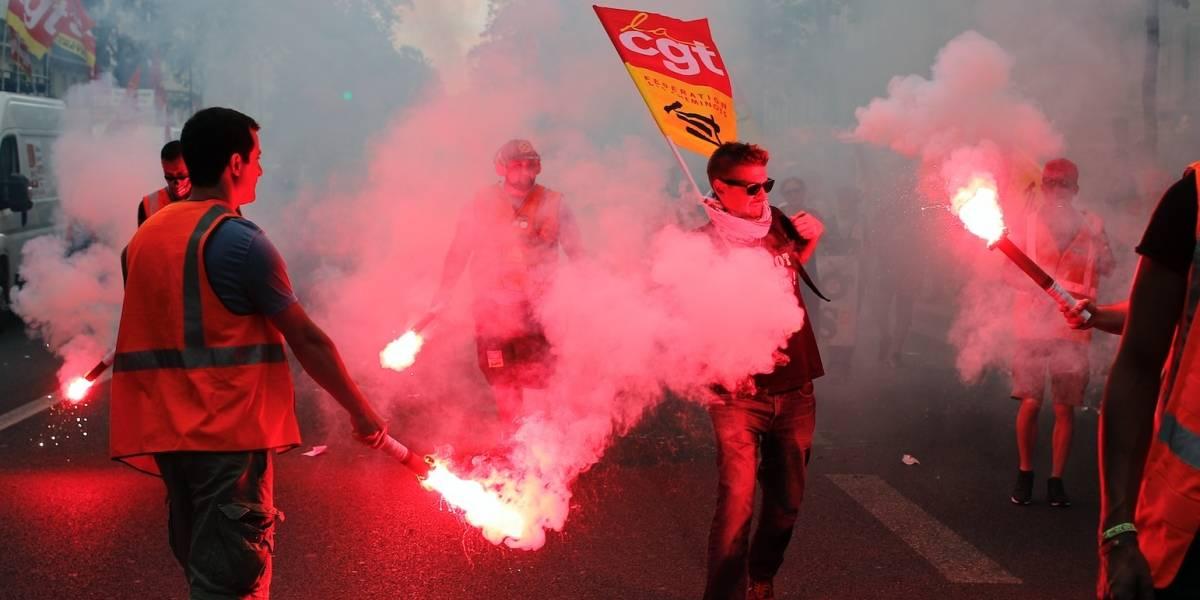 Enmascarados chocan con policía en marcha laboral en París
