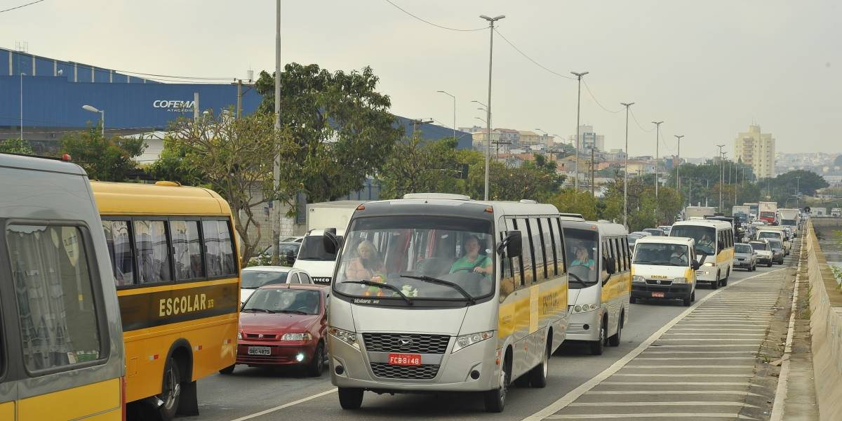 Protesto de caminhoneiros ganha apoio de motoristas de vans em SP