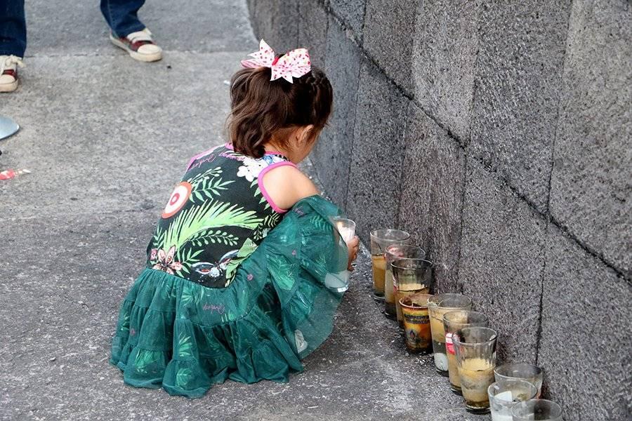 Personas colocaron veladores en honor al bebé fallecido. FOTO: Héctor Escamilla