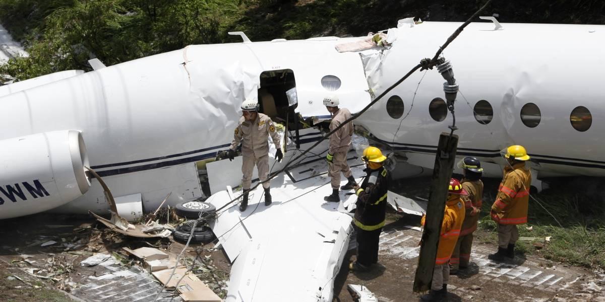 Nueva tragedia aérea: avión se divide en dos en Honduras cuando intentaba aterrizar