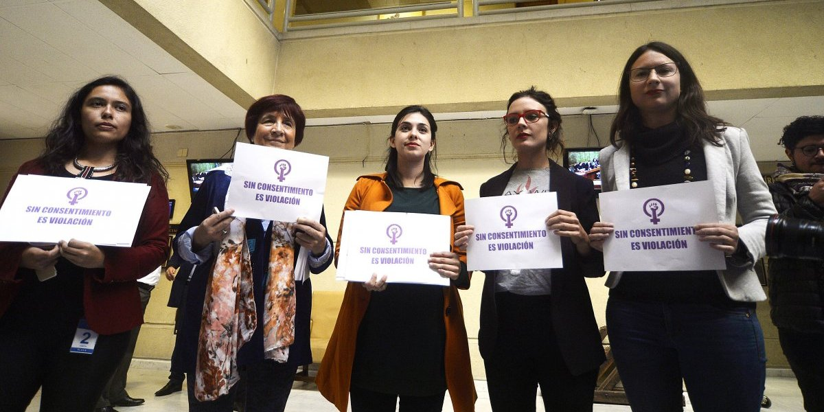 """Condón femenino y """"Sin consentimiento es Violación"""": los proyectos de ley que promueve Karol Cariola y Camila Vallejo para la agenda de género"""
