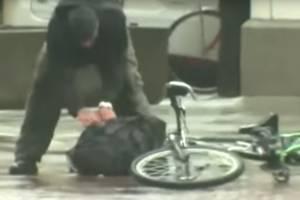 Se aburrió de esperar: ciclista se mete en pleno operativo policial y
