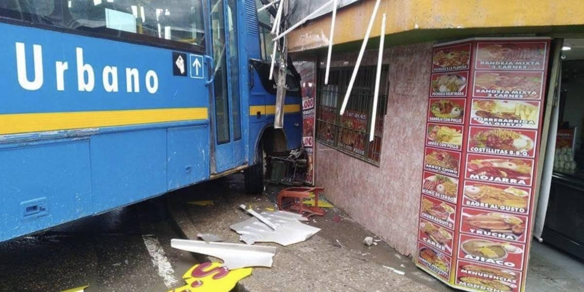 Bus del Sitp chocó contra un asadero en el sur de Bogotá