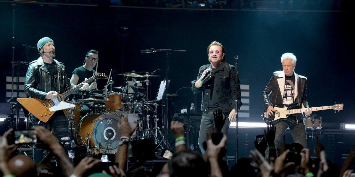 ¡Uno más! Bono de U2 se cayó del escenario