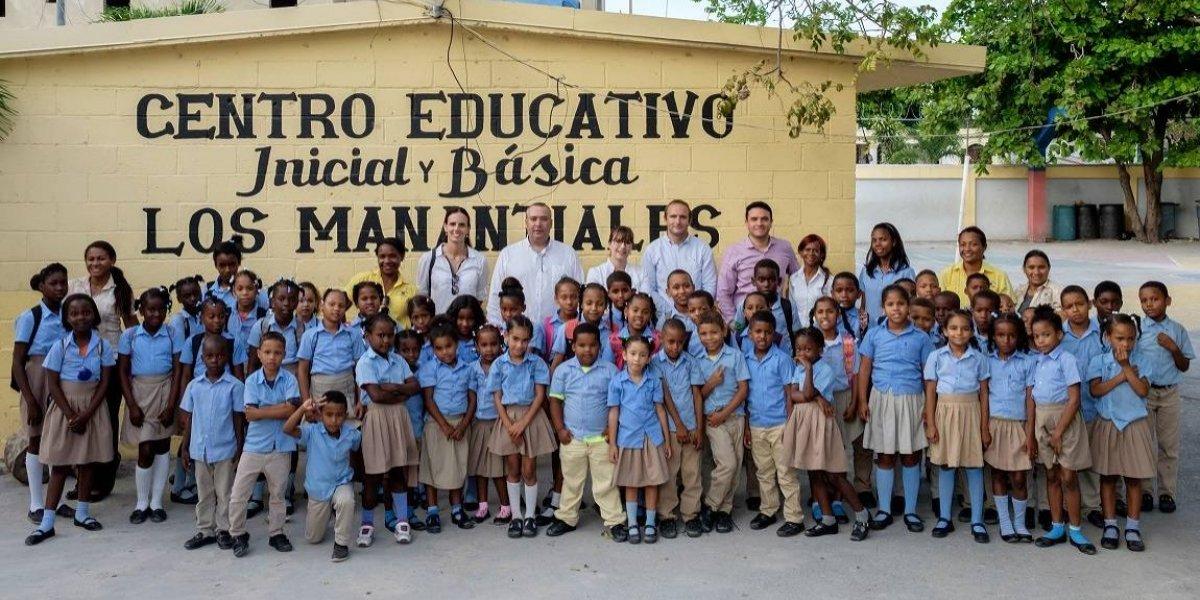 Hospiten Bávaro entrega donaciones a escuela Los Manantiales en Verón