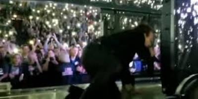 [Video] Bono sufre aparatosa caída en pleno concierto de U2