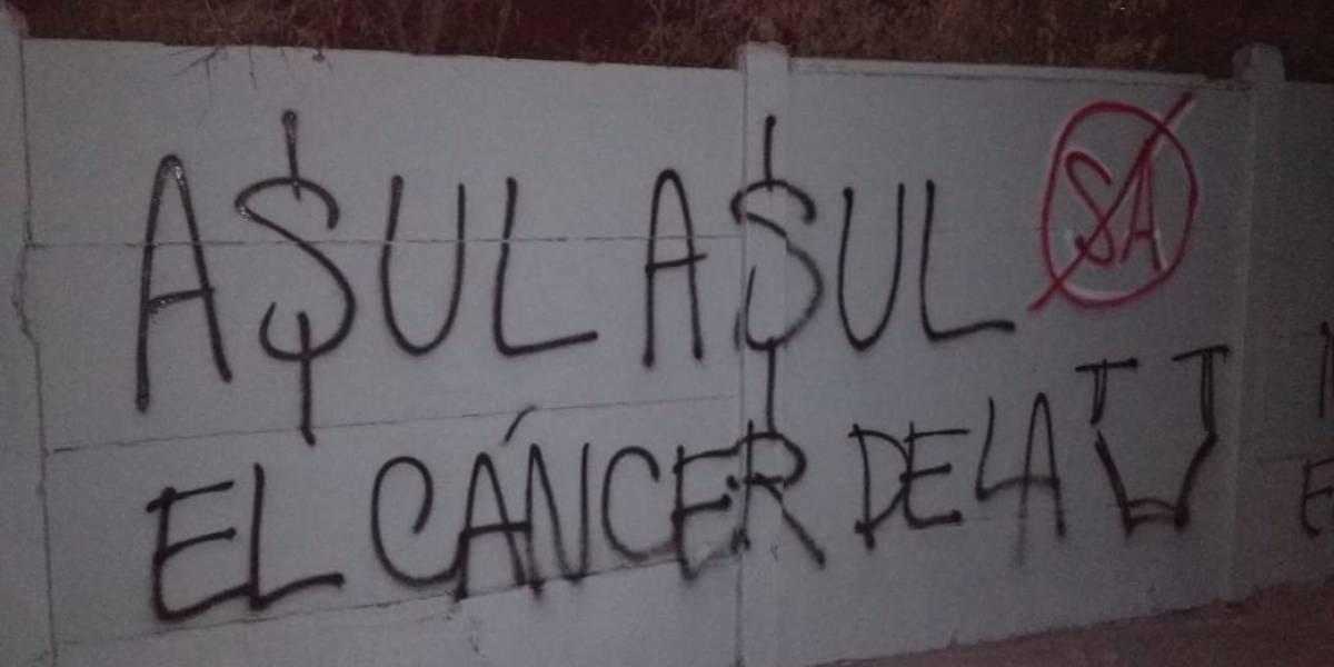 La U es un hervidero: Hinchas atacaron y rayaron el CDA con amenazas hacia Azul Azul