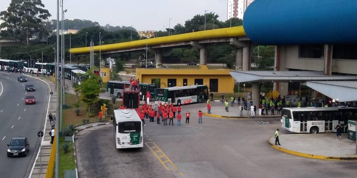 Passageiros enfrentam terminal Sacomã bloqueado, em São Paulo