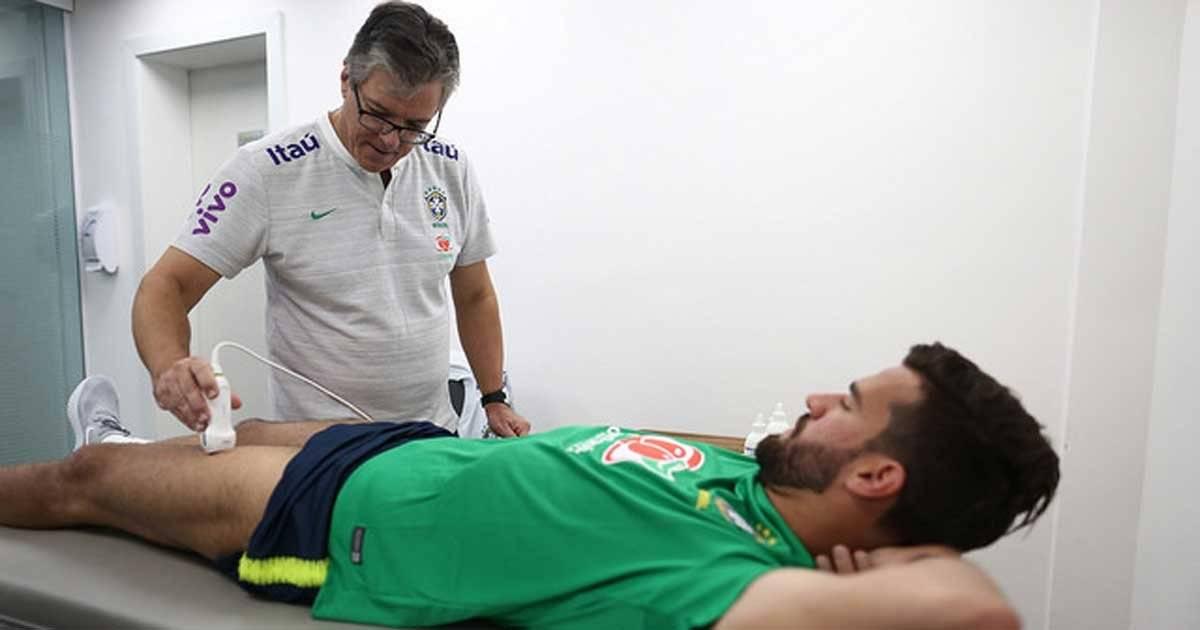 Equipe médica faz ressonância da perna de Allison na Granja Comary Lucas Figueiredo/CBF