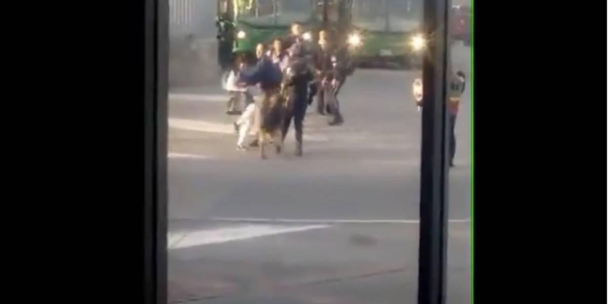 VIDEO. Estudiante patea a perro guardián tras colarse en servicio de transporte similar al Transmetro