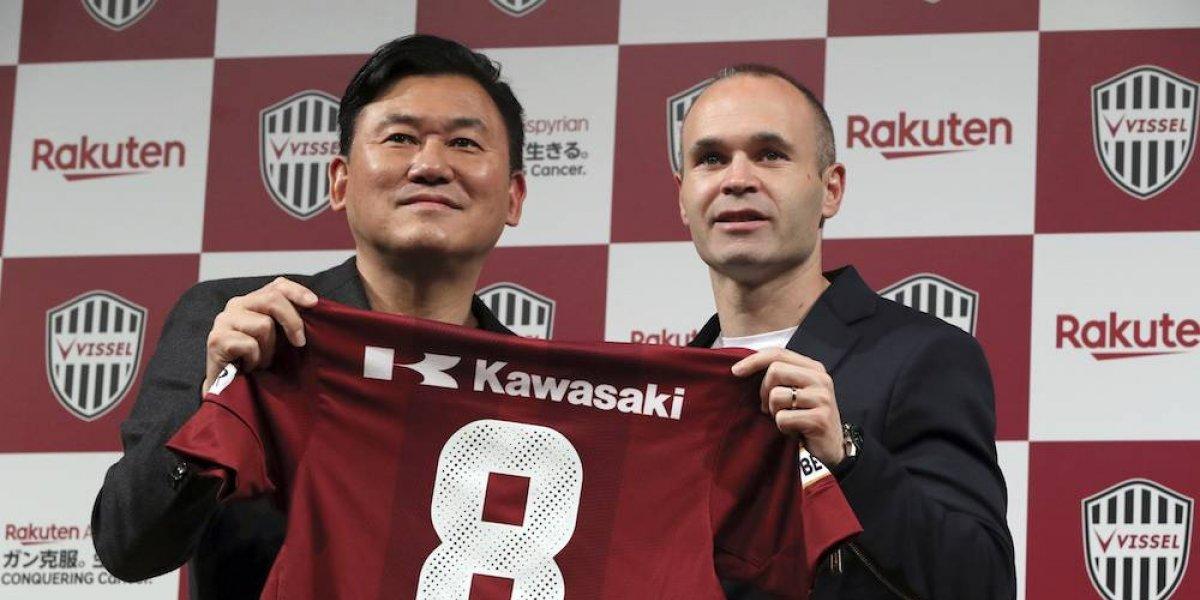 Iniesta es presentado con el Vissel Kobe de Japón