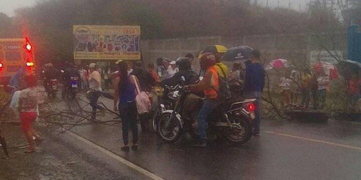 Reportan bloqueos en diferentes puntos de las carreteras