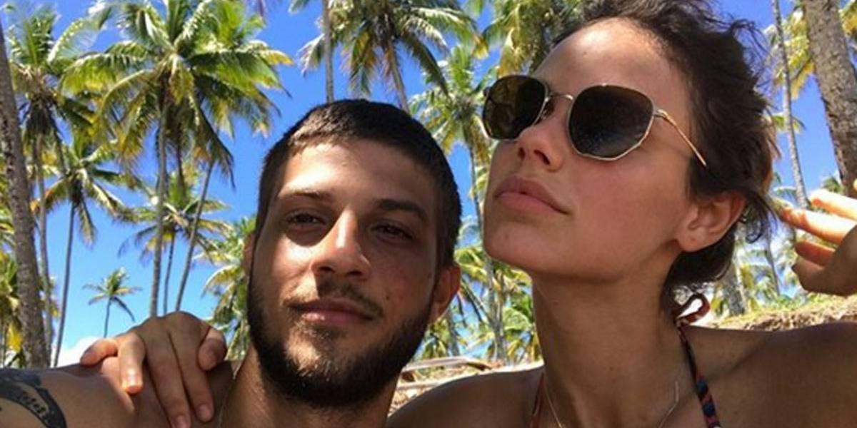 Chay Suede dá mostras de que relação com Laura Neiva continua amigável