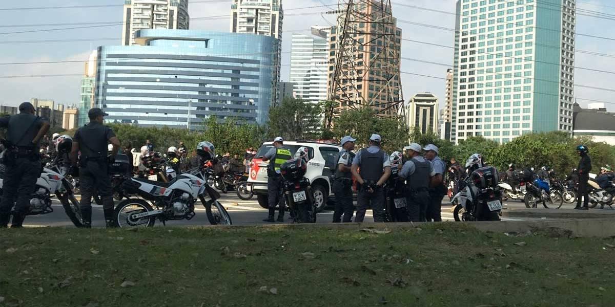 Motoqueiros e motoristas de Uber protestam na Marginal Pinheiros contra aumento de combustível