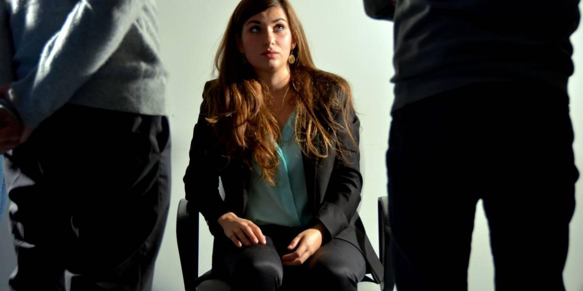 """""""Esto te pasa por hablar contra los hombres"""": Mujer fue amordazada y pegada a la silla por sus compañeros de trabajo"""