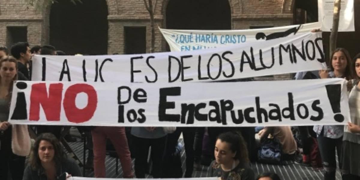 """No nos representan"": estudiantes de la PUC critican la toma feminista de la Casa Central"