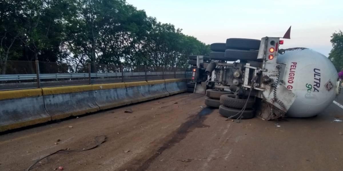 Continúa cierre en la autopista México-Cuernavaca por accidente